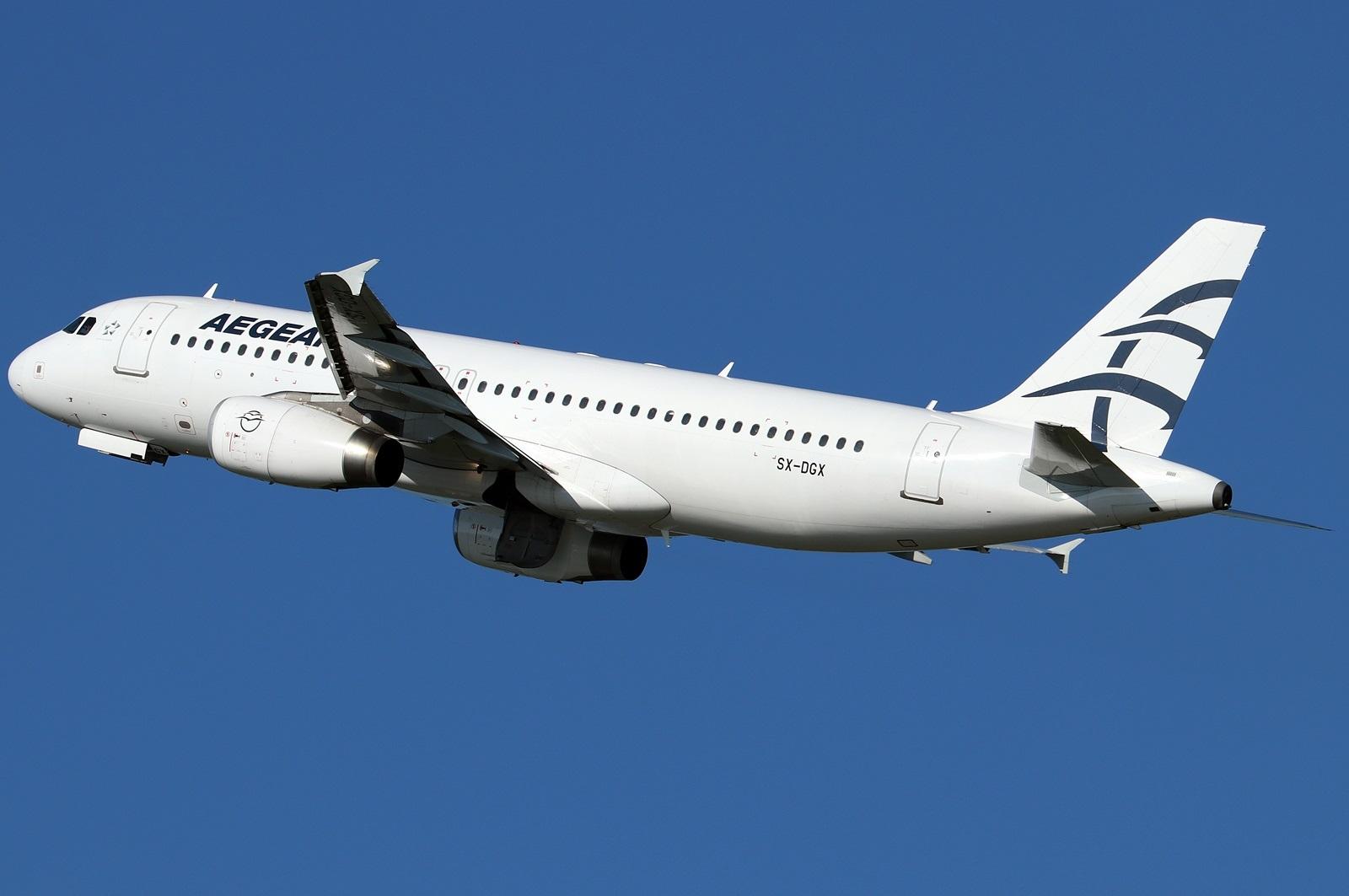 Airbus A320 поворачивает после взлета