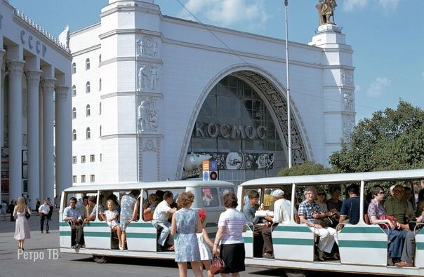 Забытые ныне вагончики отвозили москвичей и гостей столицы в мир высоких достижений советского хозяйства (ВДНХ, 1973