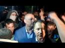 Киев 14 июня 2014 Николай Рудьковский общается с правосеками и бросает камень в Посольство РФ 2014 06 14