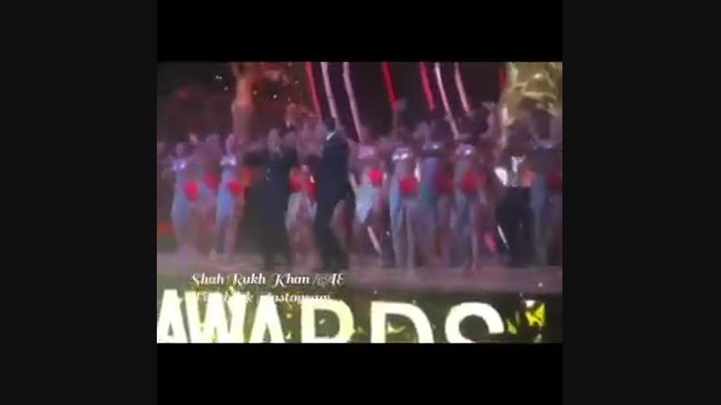 Акшай Кумар и Шах Рукх Кхан на Lux Golden Rose Awards 2018