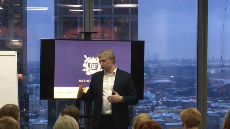 Андрей Карпухов проводит презентацию