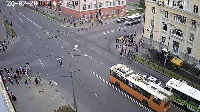 Видеофакт: Медведев проехал по Петрозаводску на кортеже из 20 автомобилей