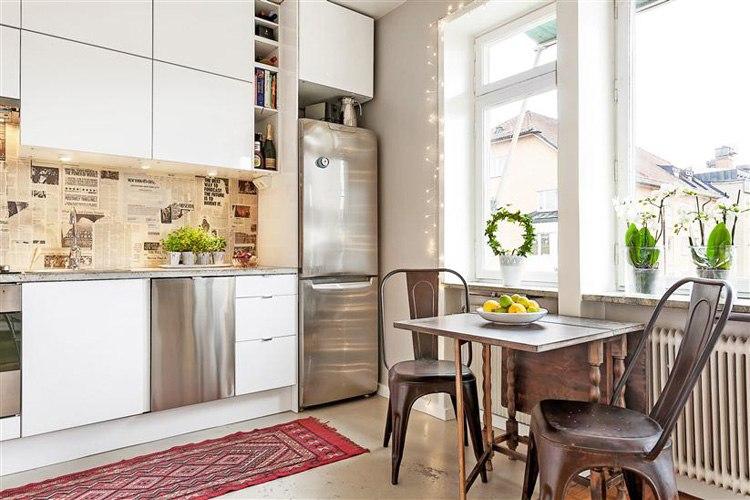 Квартира-студия 30 м в Европе с оригинальными деталями интерьера: газетным кухонным фартуком, галереей мини-картин и светильником-гирляндой.
