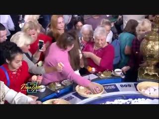 Первый канал показал, как зрители Поля чудес сметают еду после передачи. Как то и не удивляет это...