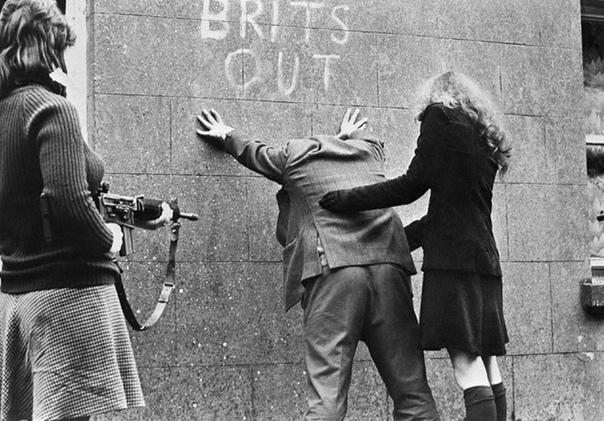 Фото. Северная Ирландия, 1970 гг. Девушки из Ирландской pecпубликанской армии обыскивают прохожих.