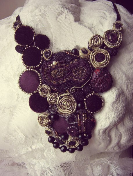 Цветочное ожерелье из ткани