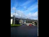 Женщина пыталась спрыгнуть с пешеходного моста через проспект в Красноярске