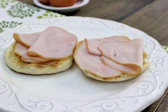 яйца бенедикт что нужно: бекон 8 ломтиковбелый уксус 1 ст. л.горячая вода 2 ст. л.лимонный сок 1 ст. л.петрушка/зеленый лук по вкусуяичные желтки 3 шт.яйца куриные 8 шт.что делать: * наполните