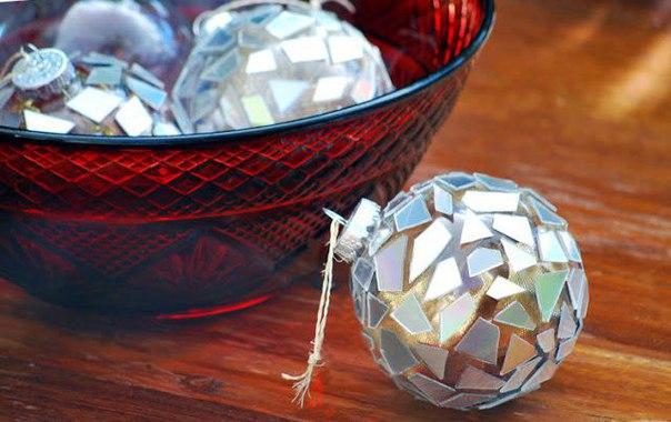 Декор ёлочных шаров мозаикой из компакт-дисков