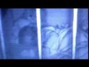 Mutter filmt ihr Baby im Bett und macht Horror Beobachtung