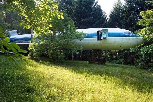 Житель американского штата Орегон Брюс Кэмпбелл купил старый пассажирский самолет Boeing 727 и превратил его в свой дом.