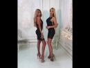 Две сексуальные блондинки позируют на камеру в коротких платьях и на высоких каблуках
