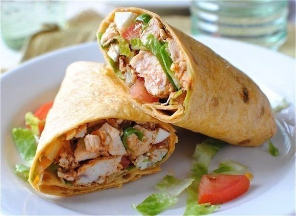 Цезарь-ролл Ингредиенты: ● Куриное филе ● лист салата ● томаты ● огурцы ●