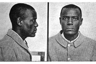 В 1903 году заключенный Уилл Вест прибыл в тюрьму Leavenworth. Служащий, сделавший фотографию Веста, сказал, что помнит его, и спросил, когда видел его тут в последний раз. На что Вест ответил, что никогда не был в этой тюрьме.