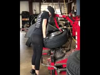 Девушка шиномонтажник