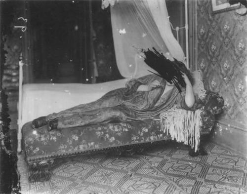 Старый Э. Дж. Беллок был жутким типом. Настолько, что родители запрещали своим детям приближаться к его дому, а в Новом Орлеане ходили нехорошие слухи про подвал, в котором, говорят, вспыхивают
