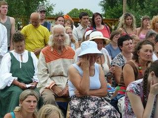 В центре кадра Якимов Василий Васильевич. Ему 84 года. Ждёт жену-Богиню с длинными волосами, которые готов заплетать каждый день. Играет на балалайке и поёт частушки.