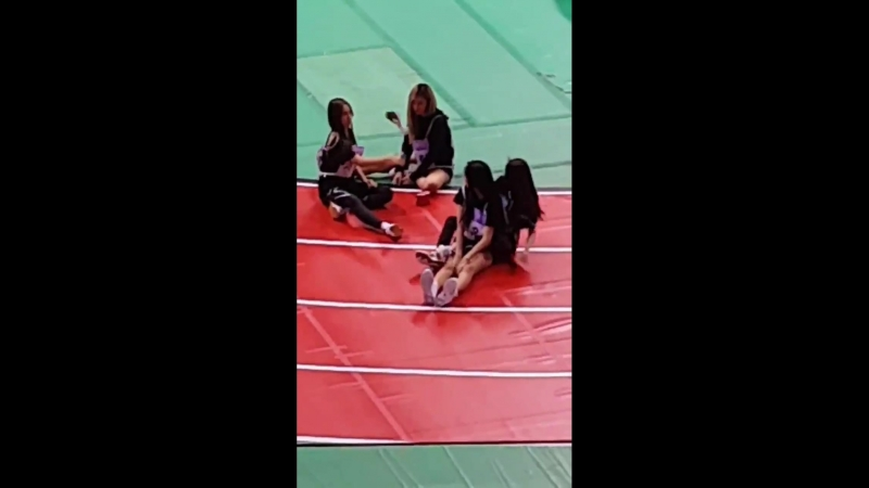 Siyeon playing and being herself, its so adorkable -