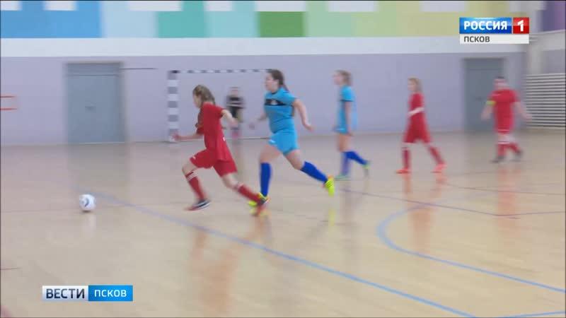 Один за всех, и все за путёвку на всероссийский финал по мини-футболу в Псковской области проходят соревнования среди команд