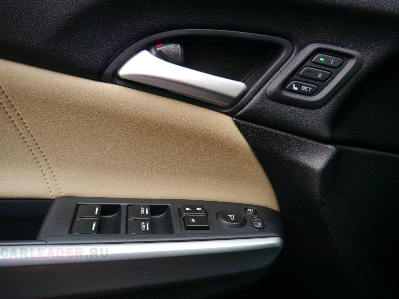Распахивая легкую, как бы пластиковую дверь Honda Crosstour, удивляешься преприятной обшивке.