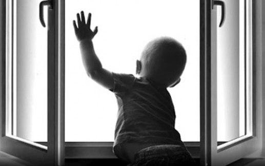 В Таганроге из окна пятого этажа на Русском поле выпал годовалый ребенок
