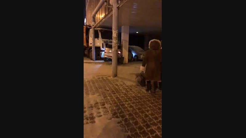 В центре Якутска мусоровоз наехал на легковой автомобиль
