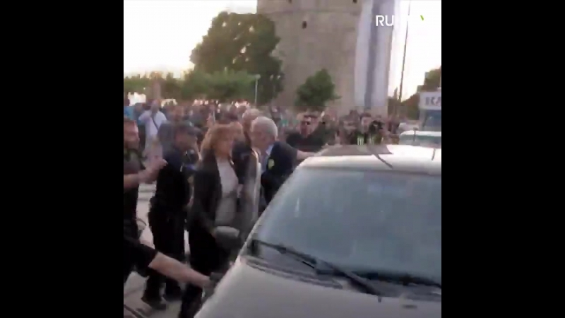 Nationalist mob beats Thessaloniki mayor