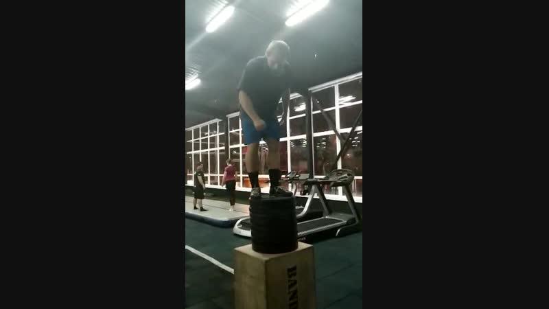 Соревнование с тренером по прыжкам в высоту где то 1 5 метра