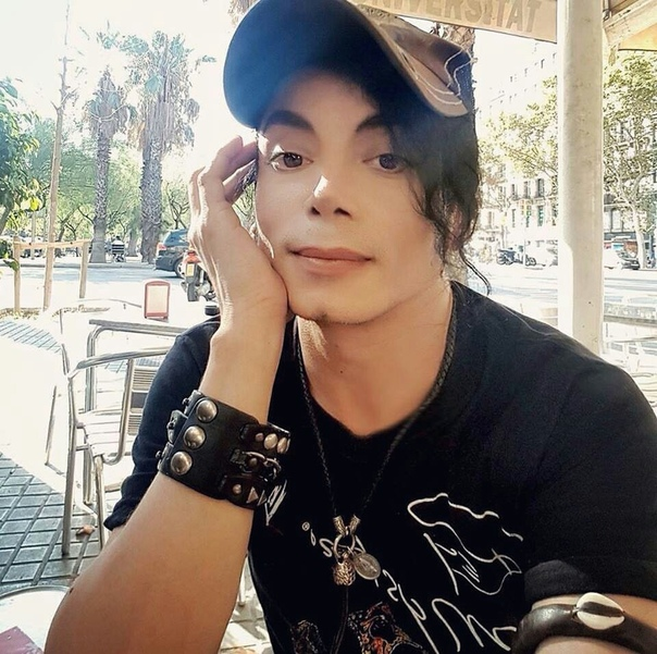 Серхио Кортес невероятно точный двойник Майкла Джексона После смерти король поп-музыки Майкл Джексон оставил после себя уникальный стиль танцев и исполнения песен, присущие исключительно ему. 8