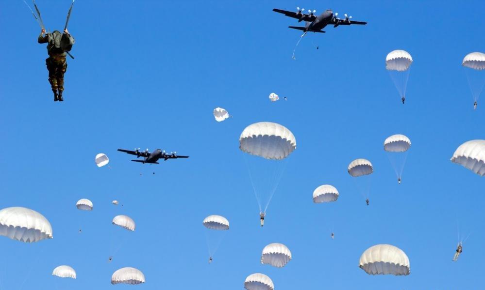 В армии персонал, известный как парашютный монтажник, несет ответственность за упаковку парашютов и их проверку.