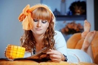 10 хитростей, которые должна знать каждая хозяйка. 1. Пятна от апельсинов и других цитрусовых выводятся с помощью горячего молока. Для этого вскипятите молоко, налейте в емкость с таким расчетом, чтобы часть вещи с пятном можно было положить прямо туда, и оставить на двадцать минут. Затем вещь нужно постирать как обычно. 2. Чтобы избавиться от накипи в электрическом чайнике, вскипятите воду, добавив туда пакетик лимонной кислоты. Таким же образом чистят от накипи стиральные машины и утюги. 3.…