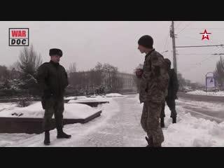 Пленному бойцу ВСУ показали разрушенный обстрелами Донецк