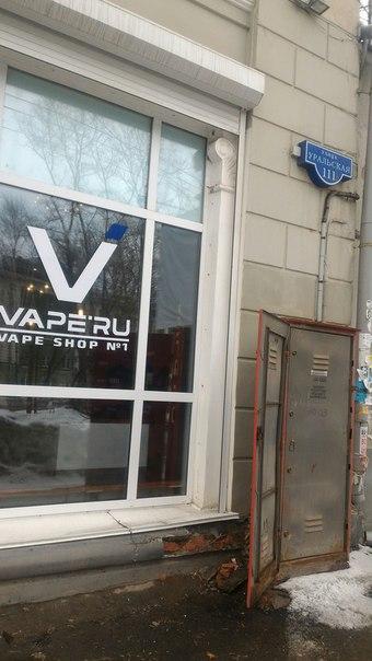Уральская 111 , открыт электрощиток прямо на улицу!!! Рядом музыкальна
