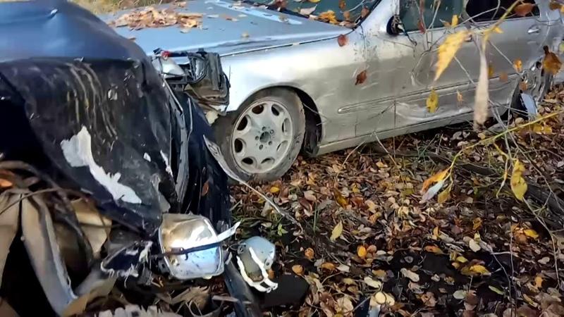 Последствия аварии двух Мерседесов Серый был брошен на обочине черный врезался