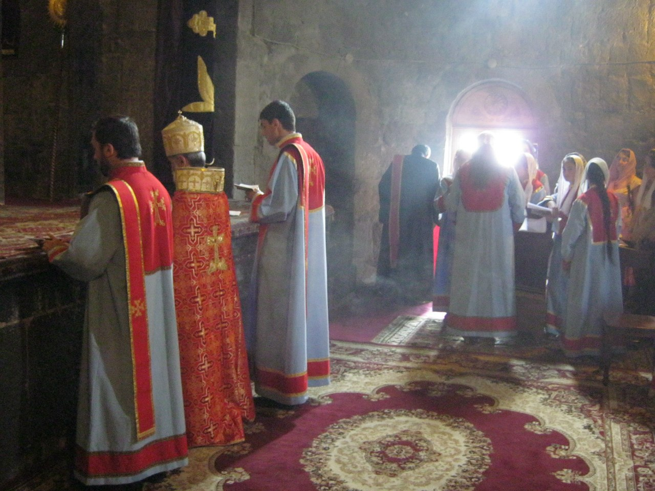 Воскресная служба в монастыре Севанаванк у озера Севан