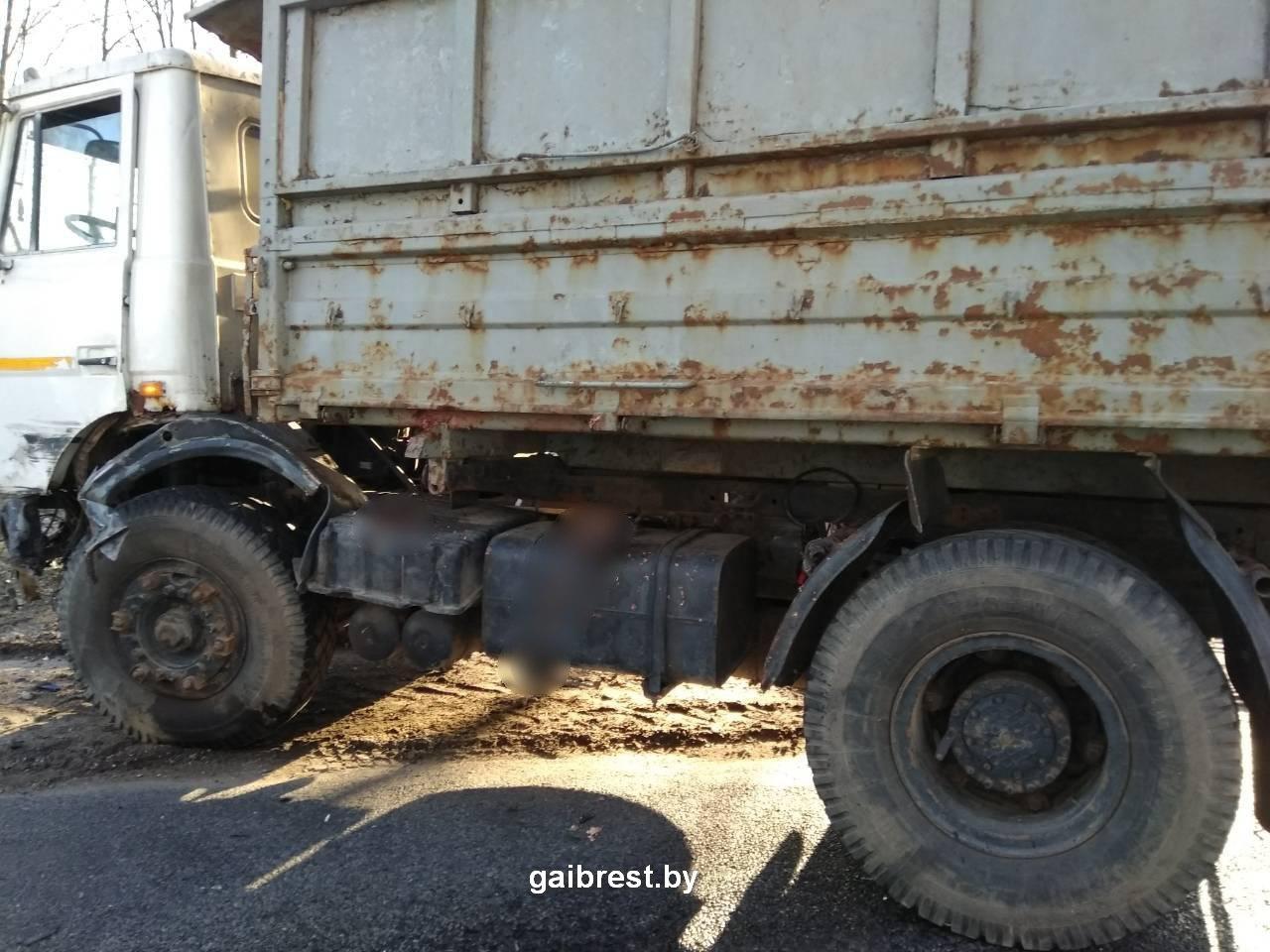 Мотоциклист при обгоне столкнулся с МАЗ-ом: водитель погиб, пассажир в реанимации