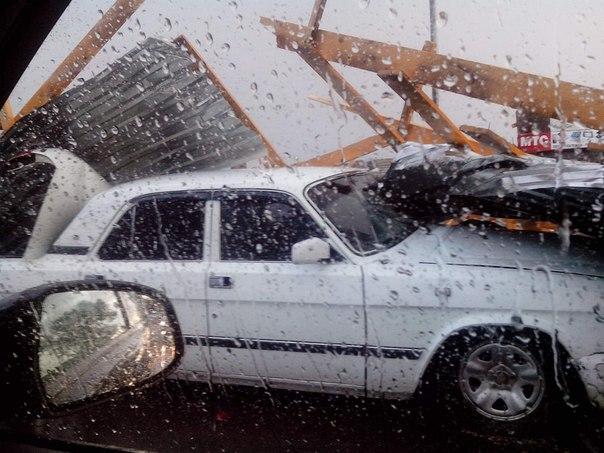 В станице Кардоникской на «Волгу» рухнула крыша магазина