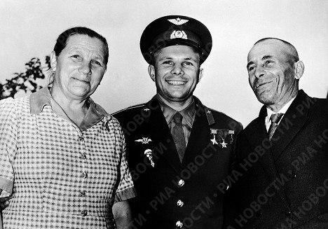 Ю.Гагарин с родителями