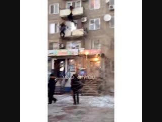 В Атырау прохожие спасли мужика, повисшего на перилах балкона.