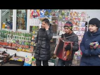 Цыганочка поёт на улице