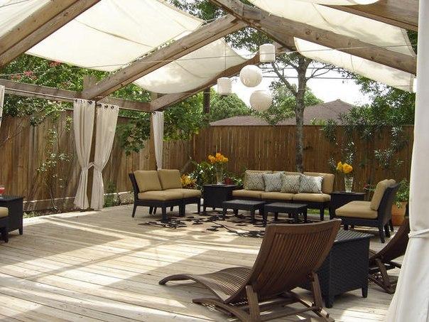 Эта беседка способна вместить большую компанию. Льняные шторы создадут прохладу и добавят романтичности вечеринке на свежем воздухе.