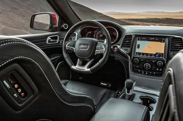 Jeep Grand Cheroee Trachaw Двигатель: 6.2 V8 Hellcat Supercharged Мощность: 717 л.с. Крутящий момент: 875 Нм Трансмиссия: Автомат 8 ступ. Макс. скорость: 290 км/ч Разгон до сотни км/ч: 3.7 сек