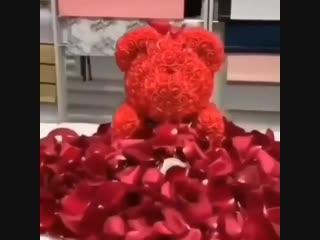 Эффектная подача мишки из роз с лепестками живых роз