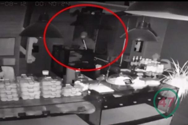 Медвежатник-курильщик вскрыл сейф пекарни в Мурино под камерой