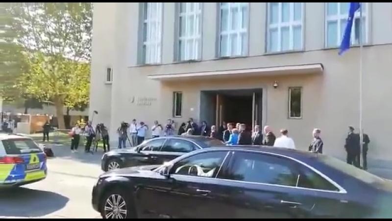 Merkel in Dresden eingetroffen, begleitet von Protesten von etwa 400 Anhängern von AfD und Pegida-1