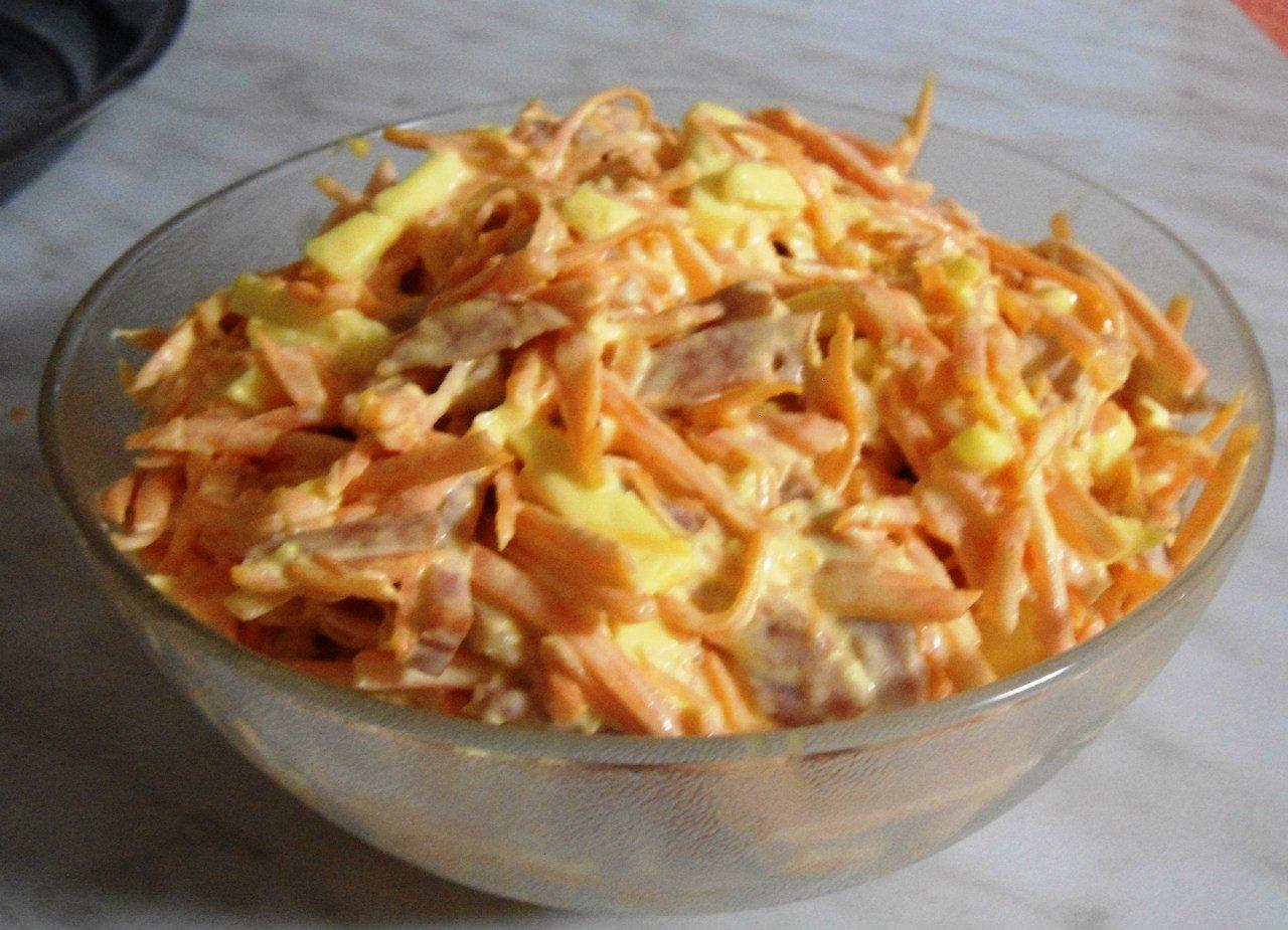 Салат из моркови с колбасой и сыром Сырую
