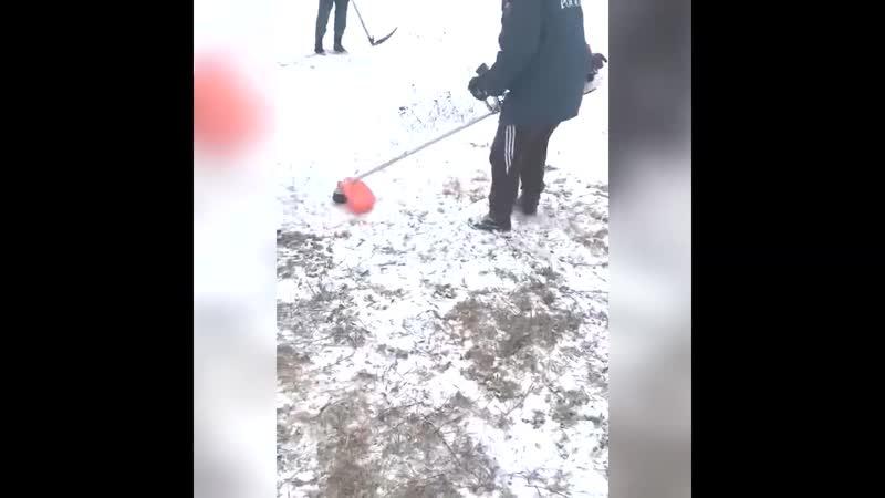 Сотрудников МЧС заставили стричь траву под снегом перед приездом руководства😅