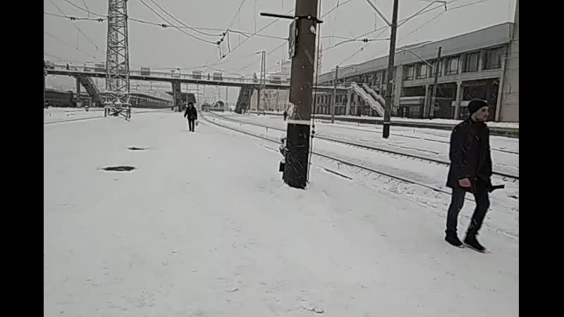 Ща разберемся Электровоз ВЛ82М-088 с пассажирским поездом дядько балакающий по телефону, отправляется со станции Харьков-Пас
