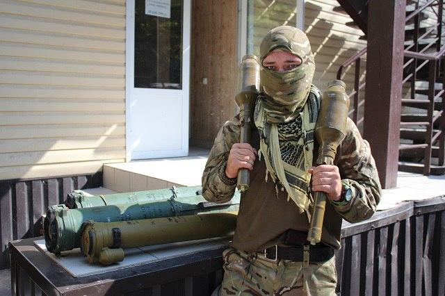 """Бійці """"Азову"""" похвалилися """"подарунками"""", які залишили росіяни у Широкиному - фото 5"""