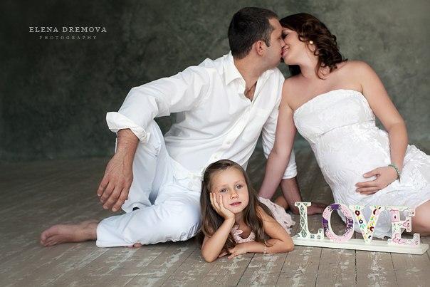 Идеи фотосессии беременной в студии с мужем и детьми